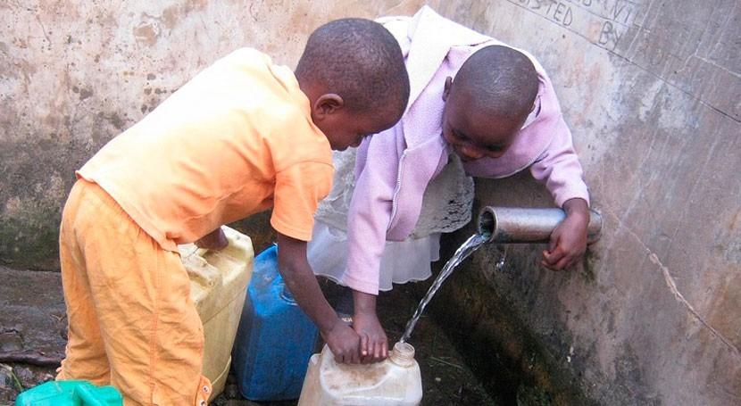 recogida agua diaria África amenaza salud 17 millones mujeres y niños