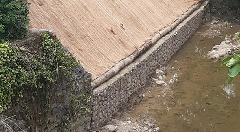 URA retira muro caído y restaura tramo ribera arroyo Zankueta paso barrio