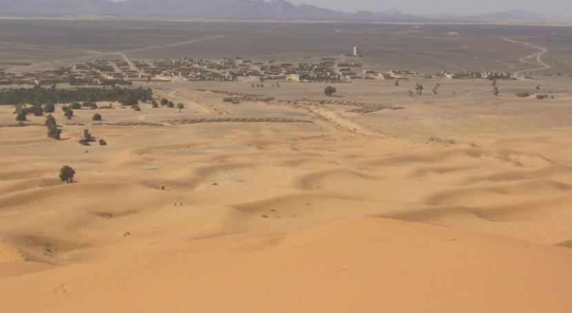 La población de Hassilabied al pie de las dunas (UNED).