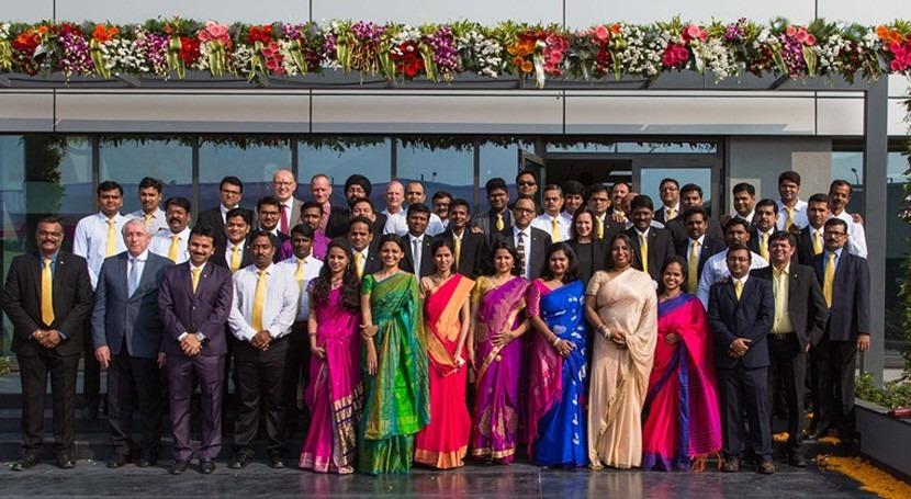 Grande, colorido y proporcionado: familia VEGA crece nuevo edificio India