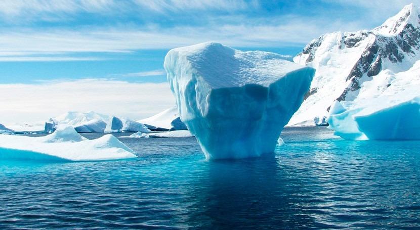 agua caliente hunde hielo Antártida