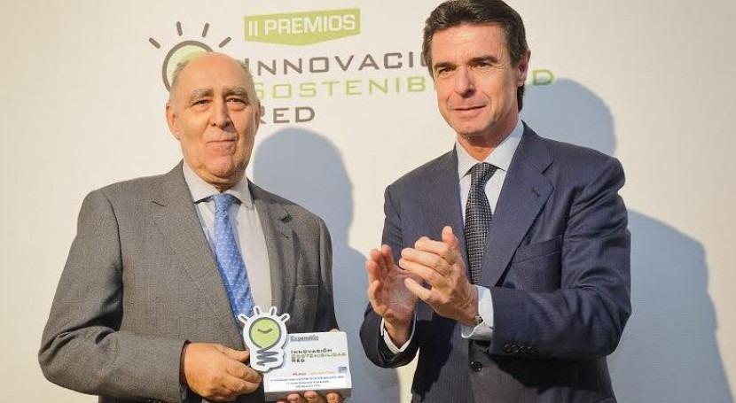 José Manuel Soria, ministro de Industria, Energía y Turismo (a la derecha); entrega el galardón a Eduardo González, presidente de FCC Aqualia.
