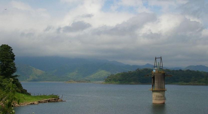 Lago Arenal en Costa Rica, fundamental en la produccion hidroeléctrica del país (Wikipedia/CC).