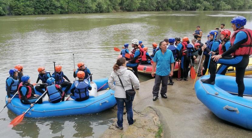 300 alumnos efectúan descenso rafting río Pisuerga paso Valladolid