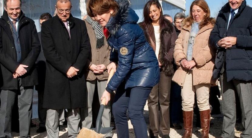 Yolanda Barcina coloca la primera piedra.