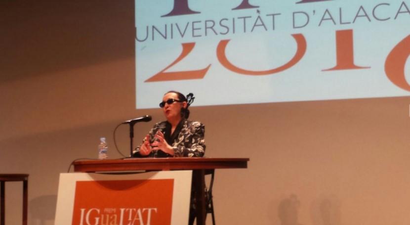 Martirio entrega Premio IgUAldad 2016 Aguas Alicante EM, propuesta IUACA