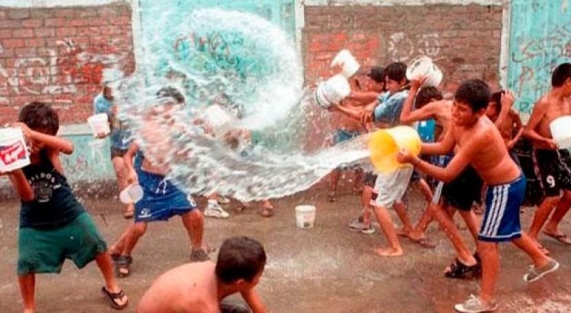 Cu ntos litros de agua se derrochan en los carnavales de for Piscina 8x4 cuantos litros