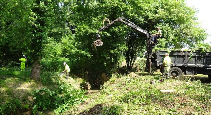 CHC realiza trabajos desbroce y limpieza río Ferrera, Noreña