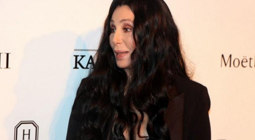 Cher dona miles botellas agua al pueblo envenenado Michigan