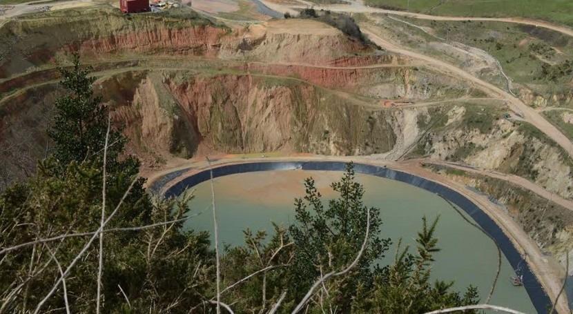 Balsa de lodos y planta de tratamiento de la mina de oro de Belmonte de Miranda.
