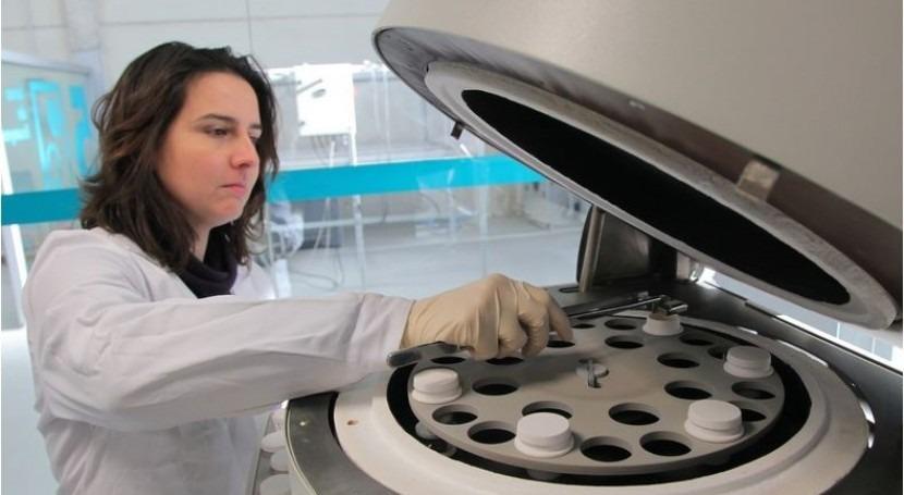 Una investigadora del Centro Tecnológico de la Energía y del Medio Ambiente (CETENMA), realizando unas pruebas.