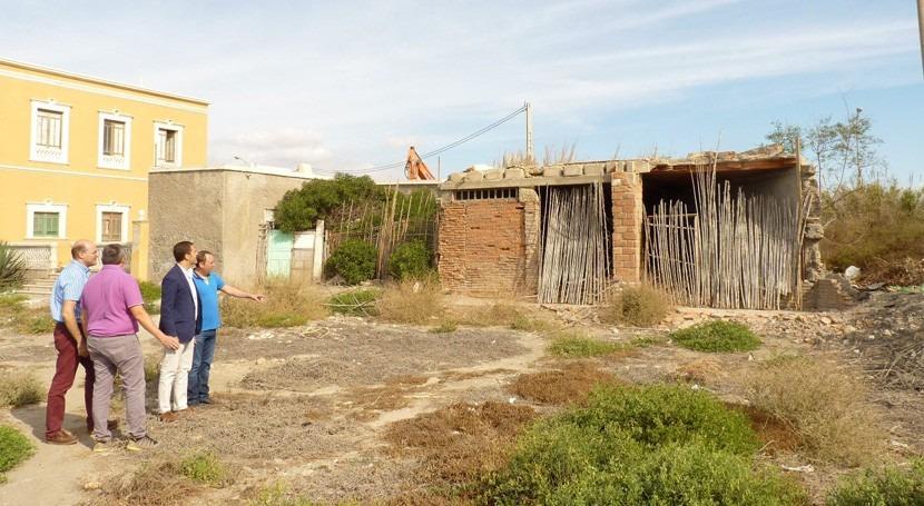 Comienza demolición edificaciones ruinosas desembocadura río Andarax Almería