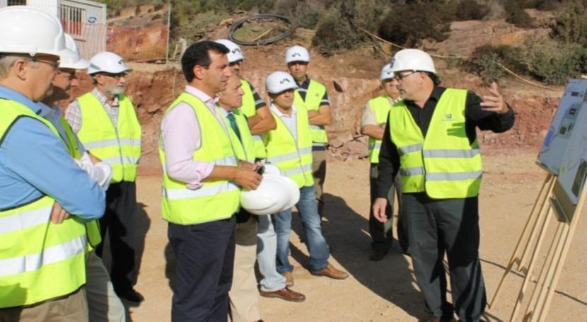 El consejero Company visita las obras de la depuradora de Ferreries
