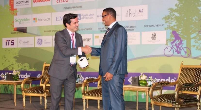 Ignacio Díez de la Cortina entrega un Smart Watch a Ahmed Mohammed, Senior Mechanical Engineer de KAHRAMAA y ganador del concurso que FCC Aqualia ha promovido en su stand.