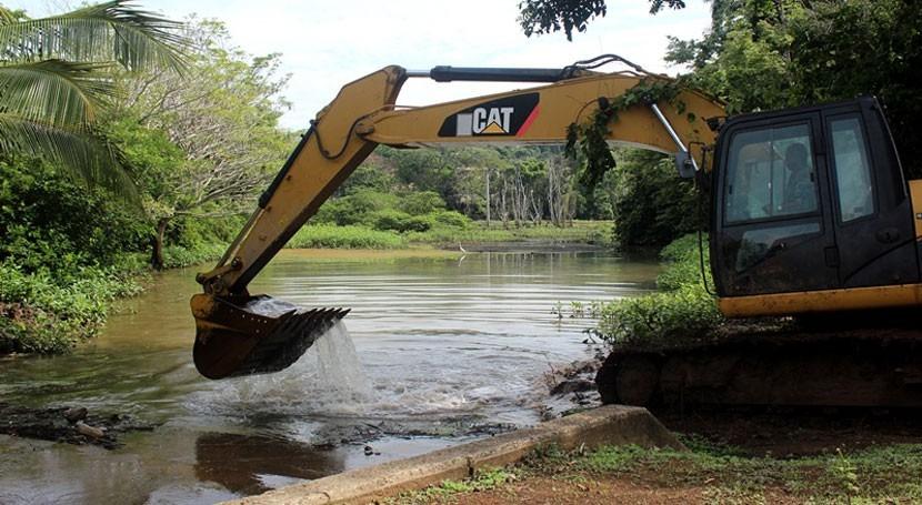 Gobierno Panamá continúa limpieza tragantes y dragados área canalera