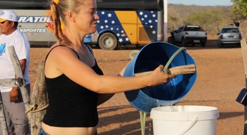 Cada día, Jane Fernandes pasa al menos una hora y media entre ir y venir a la cisterna abastecida por el ejército brasileño. Mariana Kaipper Ceratti/Banco Mundial