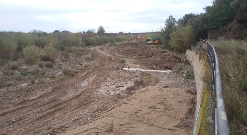 Cataluña retira vegetación invasora tramo cauce arroyo Maspujols