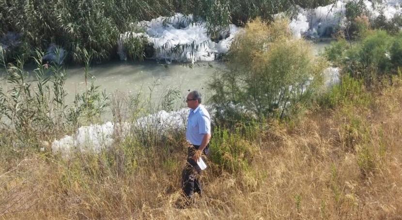 Agentes medioambientales investigan aparición espuma río Segura