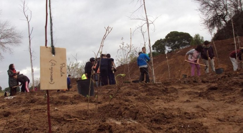 Estudiantes Hellín apadrinan plantación árboles autóctonos ribera río Mundo