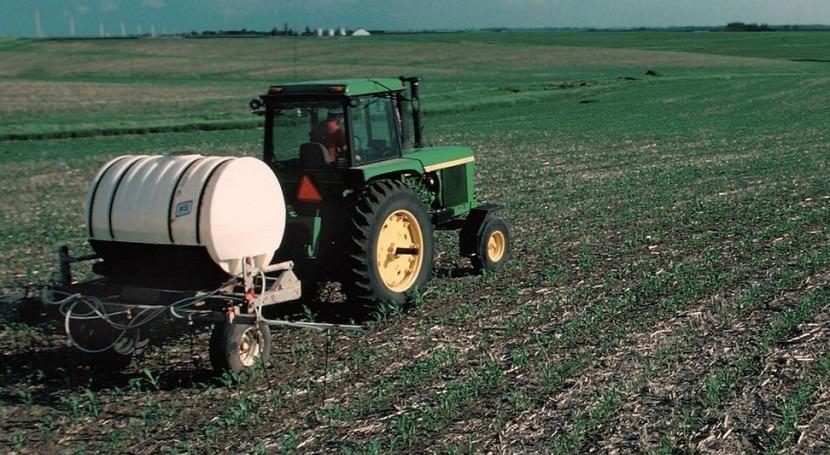 Fertilizando con nitrógeno un campo de maíz (Wikipedia/CC).