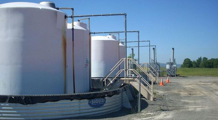 Tanques de almacenamiento en las cercanías de un pozo de fracturación hidráulica (Wikipedia/CC).