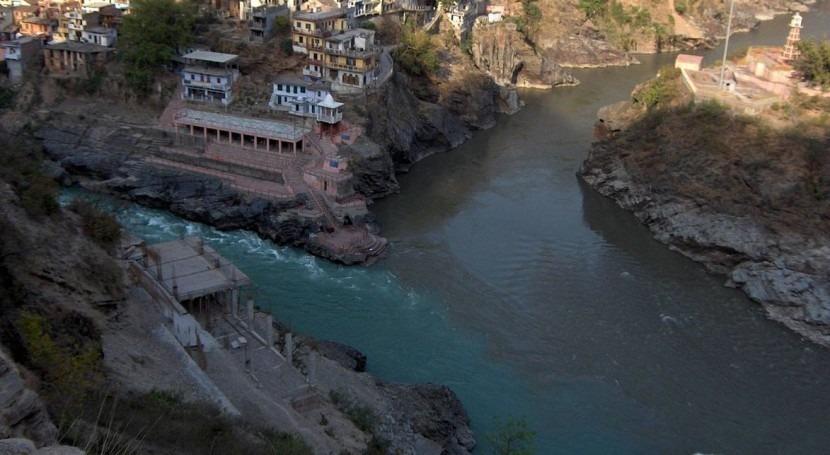 Confluencia de los ríos Bhagirathi y Alaknanda en India (Wikipedia).