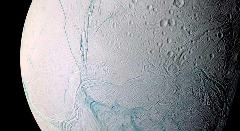 ¿Qué mecanismo produce géiseres luna Encelado Saturno 2005?