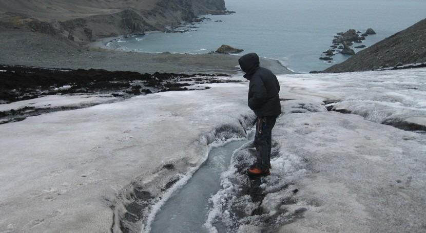agua fusión hielo glaciar y nieve, fuentes hierro océano Antártico