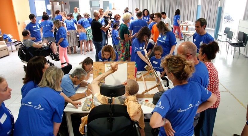 voluntarios Global Omnium participan taller pintura parálisis cerebral