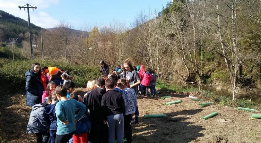 100 estudiantes Gordexola plantan hoy árboles río Herrerías