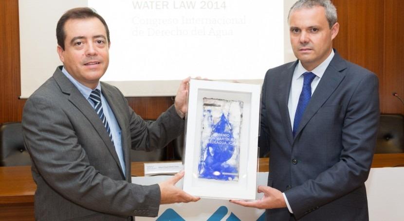 Guillermo Bolufer, Delegado Provincial de UNICEF en Alicante y Miguel Angel Benito, Director de WATERLAW sosteniendo el premio Ramón Martín Mateo