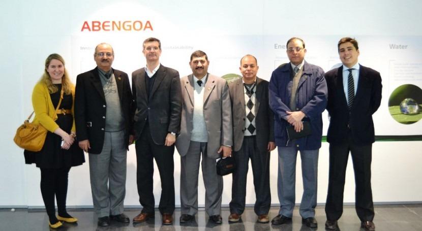 Miembros de la delegación durante su visita al Centro de I+D+i de Abengoa Water