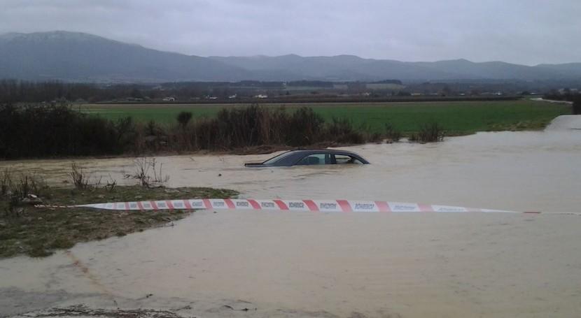 Imagen del vehículo cuyo conductor ha sido rescatado por la ANE en Sangüesa