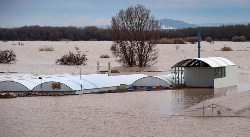 Invernaderos y campos de cultivo inundados en Fustiñana
