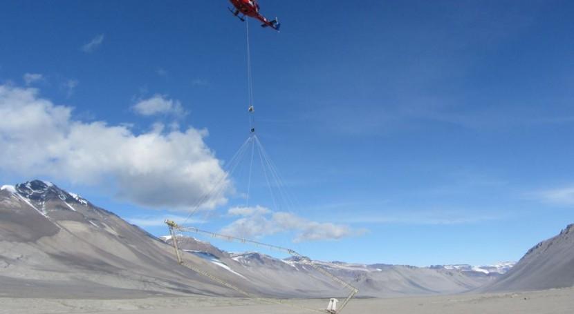 Helicóptero iniciando un estudio en la Antártida (Universidad de Tensesse).