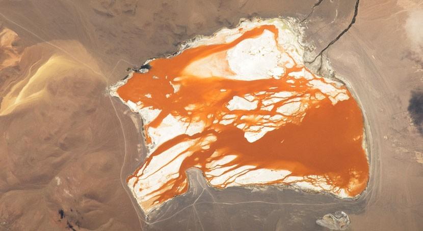 Laguna Colorada en los Andes bolivianos (NASA).