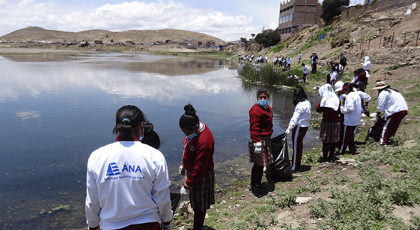 Estudiantes peruanos recolectan tonelada basura ribera río Ilave Puno