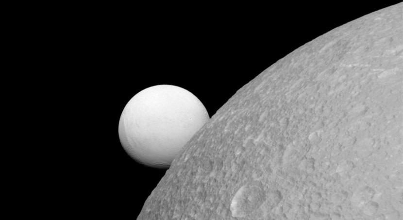 luna Dione podría albergar océano corteza