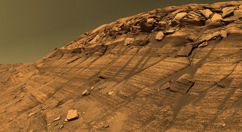 Rocas sedimentarias y trazos de curso de agua en el ladera de Burns - Marte (fuente NASA JPL)