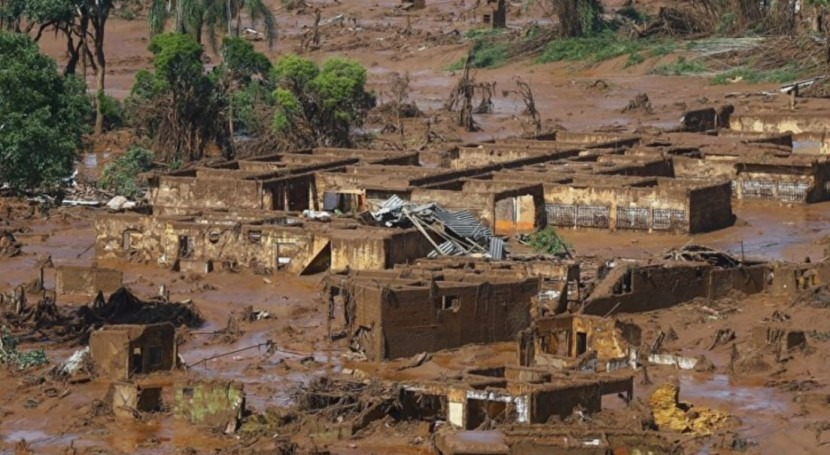 Brasil, residuos mineros siguen corriendo mar