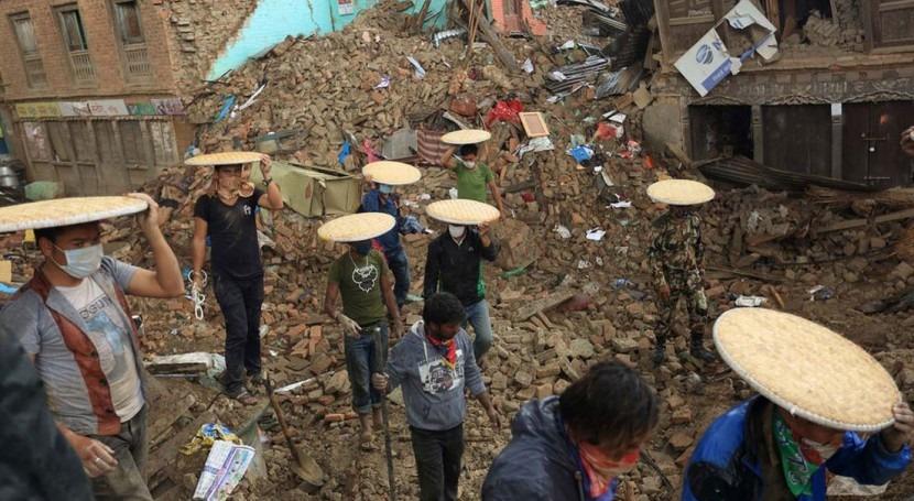 Rescatistas en una zona afectada por el primer terremoto en Nepal (ONU).