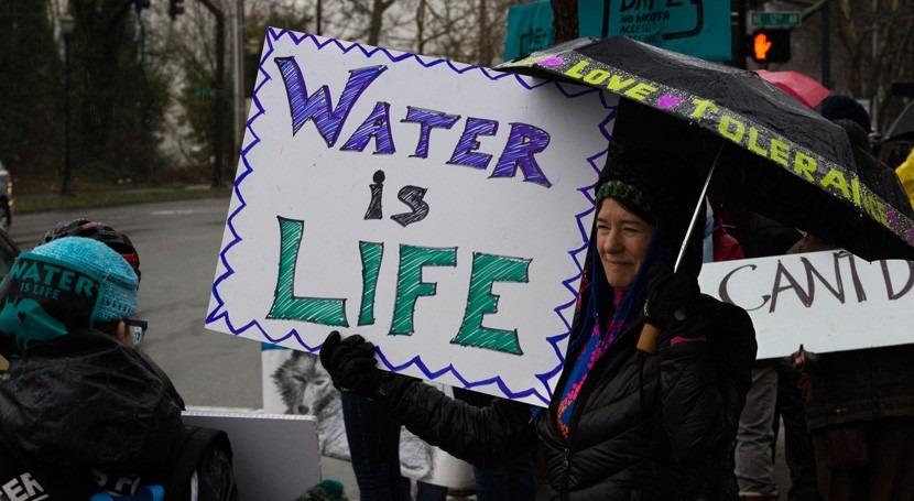 protectores agua: activismo nativo americano, pie guerra