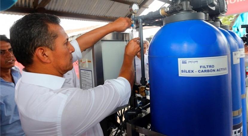 Presidente Humala extrayendo agua de uno de los filtros de la planta