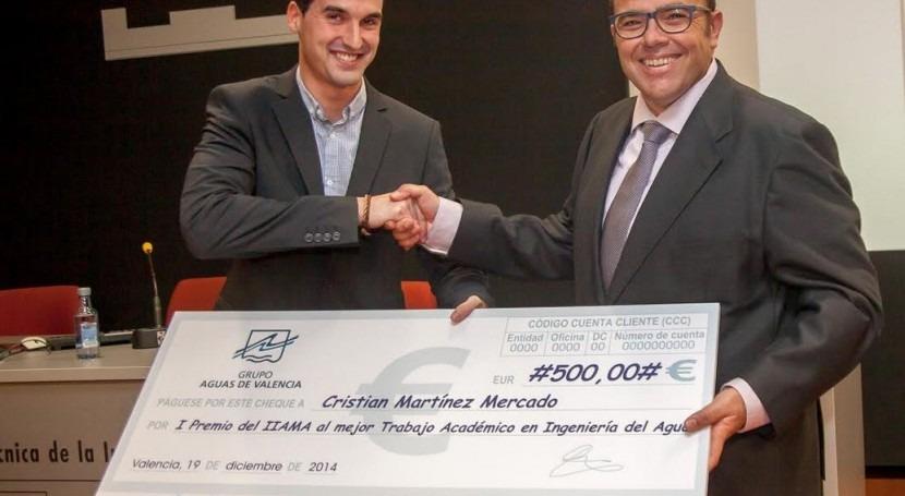 Javier Macián,derecha de la imagen, director de operaciones de Aguas de Valencia entregando el galardón al mejor proyecto del año