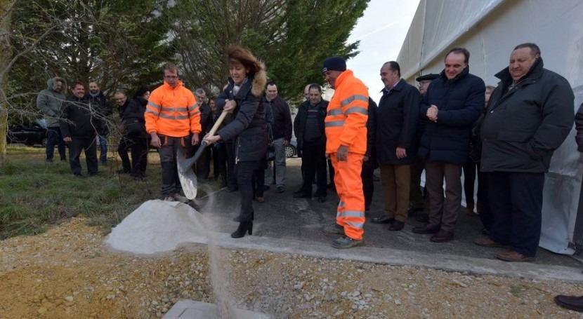 La Presidenta Barcina coloca la primera priedra de la instalación.