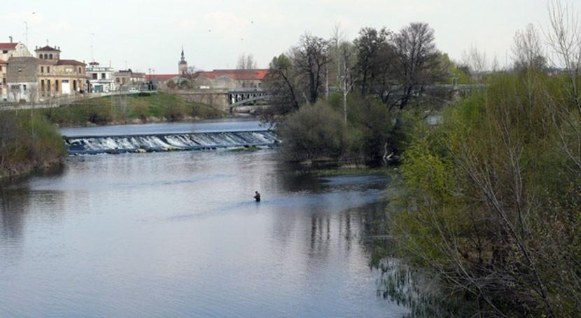 Aparecen vertidos espuma río Tormes