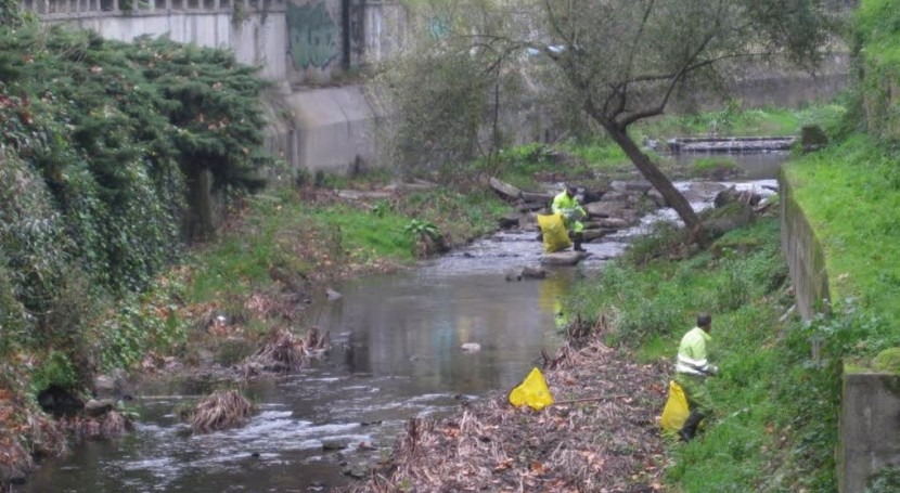 CHMS limpia residuos río Barbaña tramo próximo al lugar celebración Feria