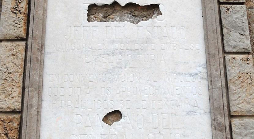 Placa en el embalse de de Benagéber (Wikipedia/Enrique Íñiguez Rodríguez).