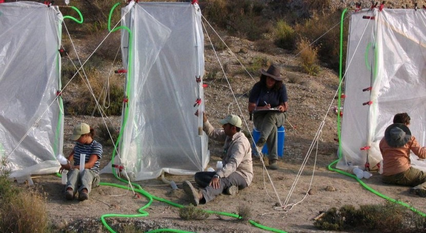 Los investigadores durante los trabajos de simulación de lluvia (Fundación Descubre).