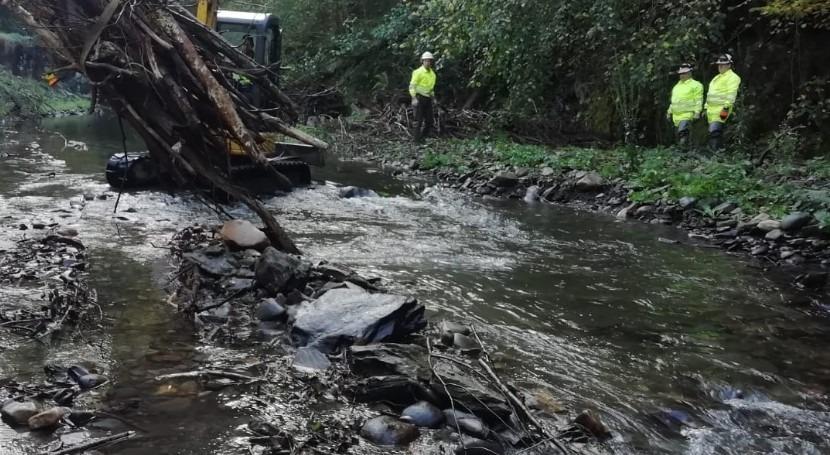 CHC retira depósitos acumulados cauce río Cibea, Cangas Narcea